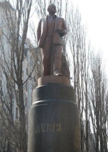 lenin statue before